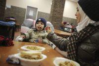 Una familia de refugiados sirios come en el centro de Stegskopf (Alemania). Frederik Von Erichsen/EFE