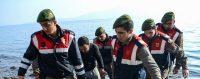 Gendarmes turcs transportant les corps de migrants noyés en mer, ce 30 janvier 2016. © OZAN KOSE