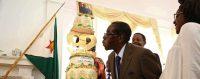 Robert Mugabe soufflant les bougies de son gâteau d'anniversaire, le 22 février 2016: 92 ans. © Keystone / AARON UFUMELI
