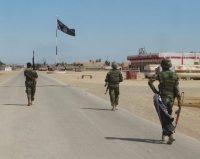 Soldados del ejército iraquí avanzan sobre Ramadi, donde ondeaba la bandera del Estado Islámico. Credit Osama Sami/Associated Press