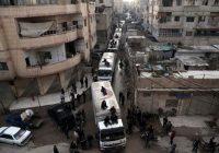 Un convoi humanitaire du Croissant-Rouge à Kafr Batna, zone rebelle de la Ghouta, dans l'est de Damas, le 23 février. Photo Amer Almohibany. AFP