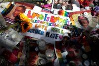 Mensajes de apoyo a las vícitimas de la matanza de Orlando a la entrada del club Pulse. MIKE SEGAR (REUTERS)