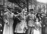 A la izquierda, Alfred Rosenberg junto a Adolf Hitler y Friedrich Weber, durante el Putsch de Múnich, en noviembre de 1923. Credit Keystone/Getty Images