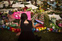 Flores y mensajes en un monumento improvisado a las víctimas de la matanza en una discoteca gay de Orlando (Estados Unidos). JOHN TAGGART (EFE)