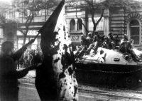 Un checo muestra una bandera ante los tanques soviéticos que aplastaron la 'primavera de Praga'. EFE.