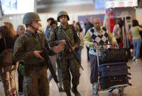 Soldados vigilan en el Aeropuerto Internacional de Río de Janeiro mientras los atletas y visitantes llegan a unos días del inicio de los juegos olímpicos en Brasil. Leo Correa/Associated Press