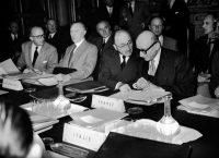 Robert Schuman, Jean Monnet et Konrad Adenauer (de droite à gauche) à la première conférence des signataires de la Ceca, à Paris en 1952. Photo Keystone France. Gamma-Rapho