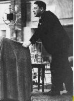 Carl Schmitt lors d'un discours, en 1930.