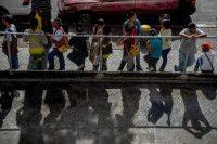 Una cola de gente que espera para comprar comida y bienes de primera necesidad fuera de un supermercado en Caracas el 4 de agosto de 2016. Venezuela, que una vez se benefició de la abundancia de petróleo, atraviesa una severa crisis económica con escasez de alimentos, medicamentos y productos básicos. Federico Parra/Agence France-Presse — Getty Images