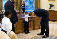 Obama s'incline devant Jacob Philadelphia, 5 ans, qui voulait lui toucher les cheveux. Photo Pete Souza. The White House