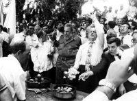 Fidel Castro y Manuel Fraga, en Láncara en julio de 1992. XURXO LOBATO (EL PAÍS)