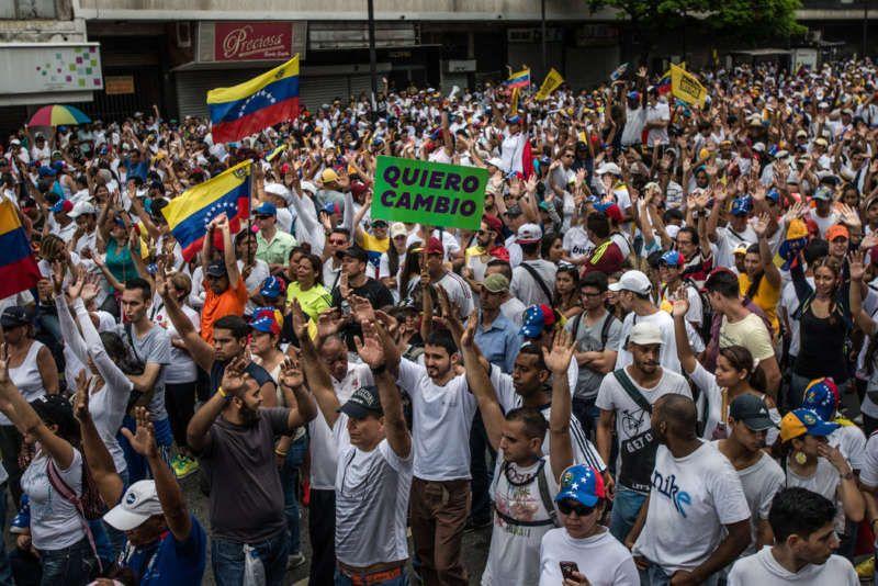 Miles de venezolanos marcharon en Caracas, el jueves pasado, para expresar su insatisfacción por el colapso económico del país y la crisis del liderazgo político. Meridith Kohut para The New York Times