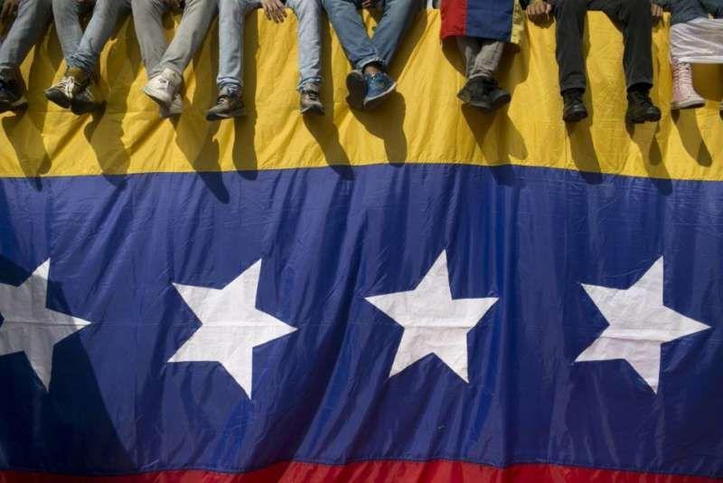Una bandera venezolana, durante una protesta contra Maduro el día 26. /ALEJANDRO CEGARRA (AP)