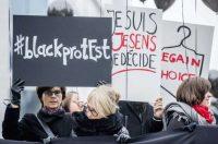Trabajadores y manifestantes polacos participan en una protesta feminista convocada en Bruselas contra la ley del aborto en Polonia. /STEPHANIE LECOCQ /EFE