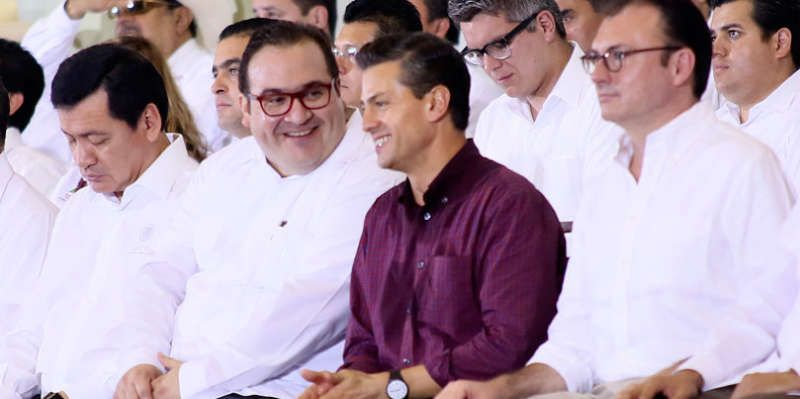Javier Duarte, exgobernador de Veracruz, la izquierda, con el presidente Enrique Peña Nieto en enero. Gobierno del estado de Veracruz