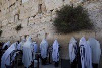Judíos ultra ortodoxos cubiertos con el manto de la oración ante El Muro de las Lamentaciones de Jerusalén. ABIR SULTAN/ EFE