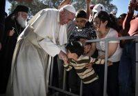 El Papa Francisco con niños refugiados en la isla de Lesbos. FRANCE PRESS