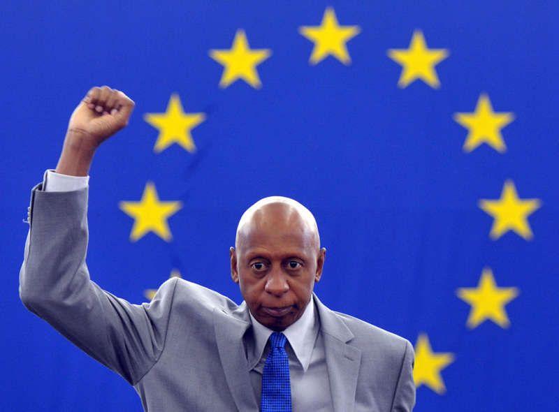 El disidente cubano Guillermo Fariñas levanta su puño al recibir un reconocimiento en el parlamento europeo en julio de 2013. Hace algunas semanas suspendió una nueva huelga de hambre para reclamar el cese de la violencia contra la oposición pacífica y el respeto a los derechos humanos. Christian Lutz/Associated Press