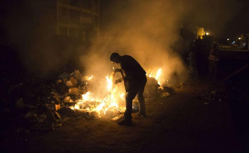 A man burns rubbish on the side of a road in Dandora in Nairobi, Kenya. Reuters/Siegfried Modola