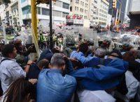 Diputados opositores son protegidos por la Guardia Nacional Bolivariana mientras intentaban entrar a la Asamblea Nacional, el jueves. Juan Barreto/Agence France-Presse — Getty Image
