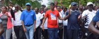 Au Burundi, le maire de Bujumbura, Freddy Mbonimpa (en rouge), défile contre la Cour pénale internationale. © AFP/ STRINGER