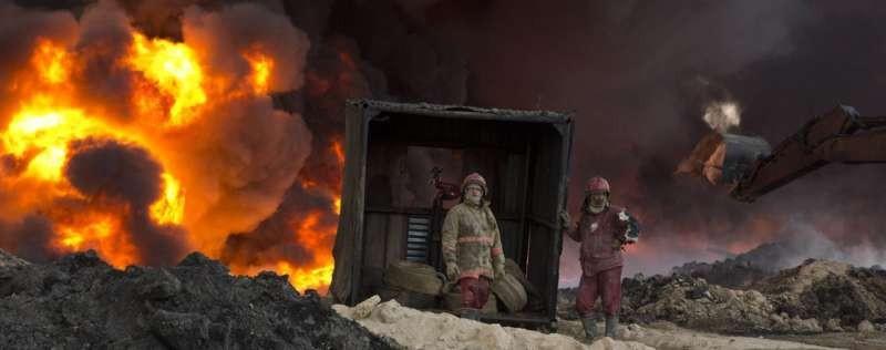 Qayara, au sud de Mossoul, lundi 28 novembre 2016: des soldats luttent contre un feu provoqué par EI © Maya Alleruzzo