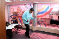 El presidente Nicolás Maduro baila durante su programa de salsa. Credit Reuters