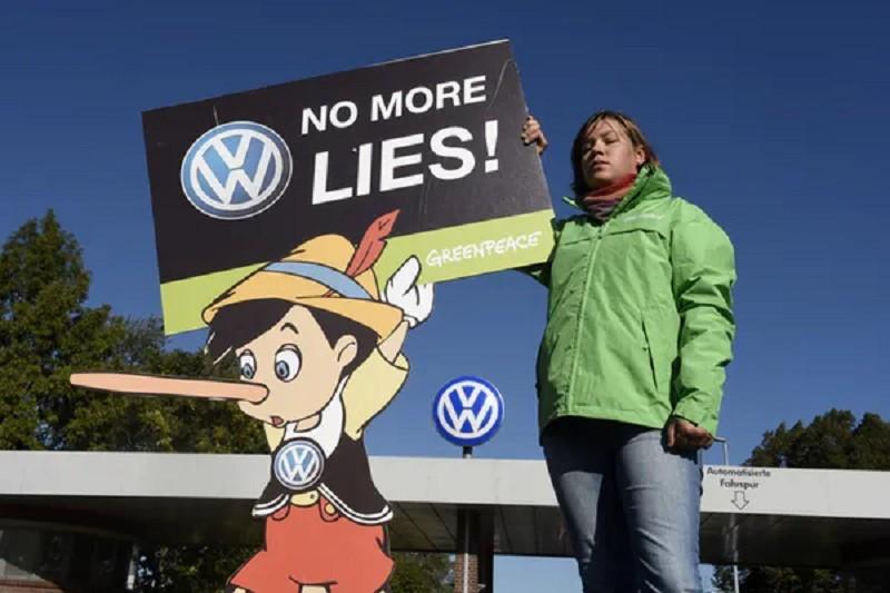 A Greenpeace activist protests in front of Volkswagen's headquarters in Wolfsburg in 2015. Fabian Bimmer/Reuters