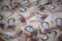 Venezuela's president has ordered the central bank to withdraw all 100-bolivar bills from circulation following a bizarre, baseless announcement of a devious conspiracy hatched by the U.S. Treasury Department. (Miguel Gutierrez/European Pressphoto Agency)