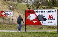 Cartel que defiende la expulsión de inmigrantes, durante la campaña de un reciente referéndum en Suiza. ARND WIEGMAN (REUTERS)
