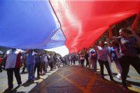 Miles de empleados públicos chilenos marchan en el centro de Santiago a principios de noviembre, en el marco de un reclamo por mejoras salariales que se extendió por semanas. Credit Mario Ruiz/European Pressphoto Agency