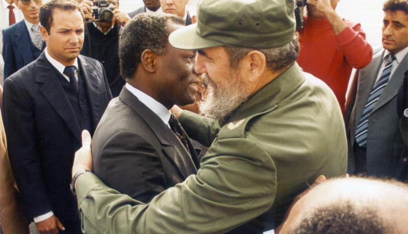 Cuban President Fidel Castro says goodbye to Angolan President Jose Eduardo Dos Santos in Havana on 19 December 1988. Photo by Getty Images.