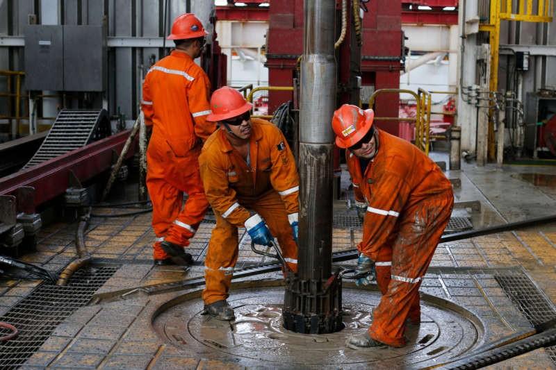Unos hombres trabajan en la plataforma Centenario en el golfo de México en 2013 Dario Lopez-Mills/Associated Press