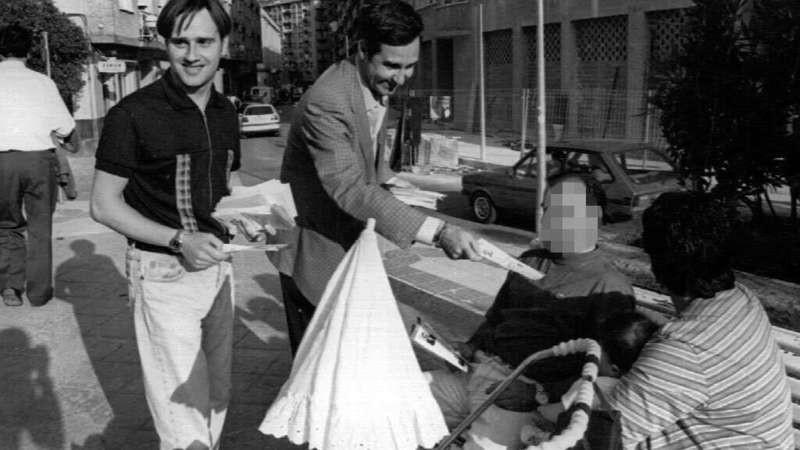 Miguel Ángel Blanco junto a Luis Eguíluz (actual concejal del PP en Bilbao) repartiendo propaganda en 1995.