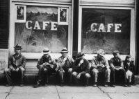 Desempleados a las puertas de un café en Ohio, durante la Gran Depresión. GETTY IMAGES
