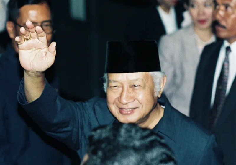 The late Indonesian president Suharto waves to the media in 1996. Enny Nuraheni/Reuters