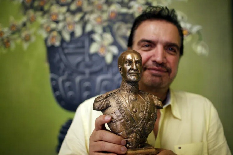 An Iranian-American man holds a bust of former Shah of Iran, Reza Shah Pahlavi. Lucy Nicholson/Reuters