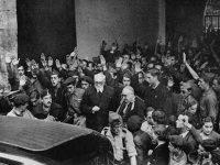 Unamuno, acosado por los falangistas, a la salida de la Universidad de Salamanca en 1936.
