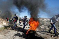 Des manifestants palestiniens aux prises avec l'armée israélienne près de la colonie de Qadomem, en Cisjordanie, le 30 décembre. Photo Mohamad Torokman. Reuters