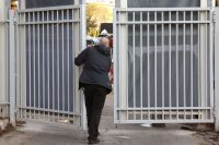 A bodyguard closing the gates to the official residence of Prime Minister Benjamin Netanyahu of Israel on Jan. 2, blocking the view as the press awaited the arrival of police investigators looking into gifts Mr. Netanyahu received. Credit Gali Tibbon/Agence France-Presse — Getty Images