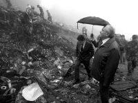 Federico Trillo pisa los restos del Yak 42 en 2003. Fatih Saribas/ REUTERS