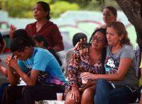 Familiares de los reclusos fallecidos en el motín de un centro penitenciario en el estado brasileño de Amazonas, el lunes. Reuters