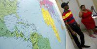 Un grupo de migrantes cubanos en un albergue de Cáritas de Panamá escucha al director de la Pastoral Social explicar la nueva política migratoria anunciada por el presidente Barack Obama. Credit Alejandro Bolivar/European Pressphoto Agency