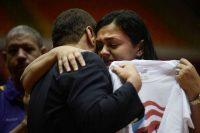 La hija del nacionalista puertorriqueño Óscar López Rivera, Clarisa López, agradece emocionada a un congresista durante la conferencia de prensa que ofreció el miércoles, un día después de que el presidente Obama conmutara la sentencia de su padre, que podrá salir de prisión en mayo próximo. Carlos Giusti/Associated Press