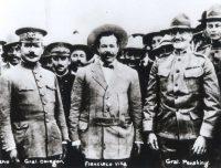 De izquierda a derecha: Álvaro Obregón, Pancho Villa y John J. Pershing se reunieron en Nogales, Arizona, en 1916, meses antes de que Pershing persiguiera a Villa. Associated Press