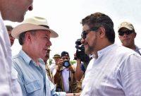 Juan Manuel Santos, el presidente colombiano, saluda al comandante de las Farc Iván Márquez durante una visita reciente a una zona de concentración de la guerrilla. Credit Agence France-Presse — Getty Images
