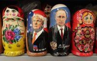 Las figuras de Donald Trump y Vladimir Putin decorando unas muñecas rusas en San Petersburgo. Dmitri Lovetsky AP