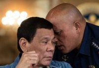 El presidente Rodrigo Duterte, a la izquierda, con el director de la Policía Nacional, Ronald Dela Rosa, en Manila durante una rueda de prensa, el 30 de enero. Credit Noel Celis/Agence France-Presse – Getty Images