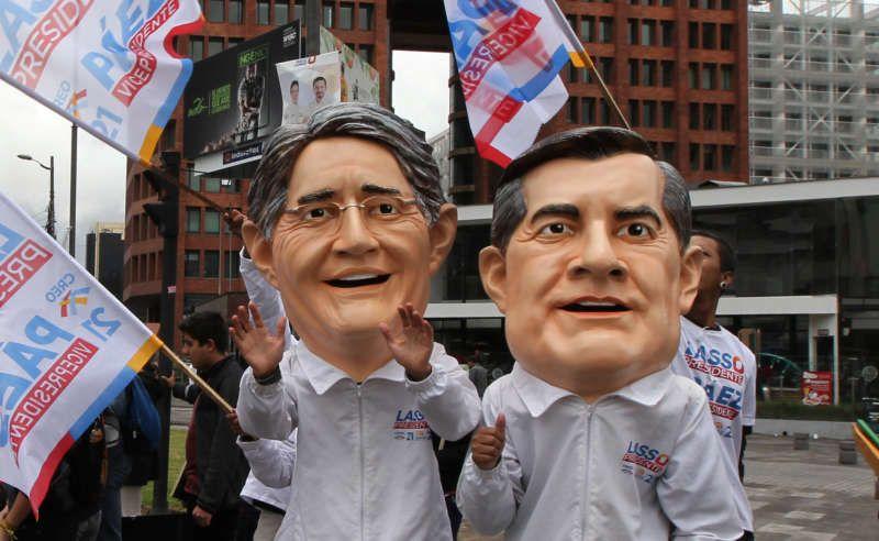 Miembros del partido CREO con máscaras de Guillermo Lasso y Andrés Páez, candidatos a la presidencia y a la vicepresidencia de Ecuador en las elecciones de este domingo. Guillermo Granja/Reuters