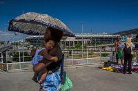 Una mujer con su bebé afuera del Maracaná Dado Galdieri para The New York Times